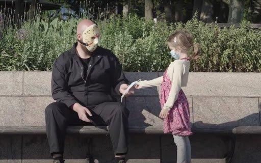 Bambina offre mascherina chirurgica a Jason